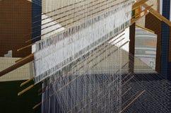Zijdestof, hand het weven proces in Thailand royalty-vrije stock afbeelding