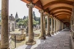 Zijdoorgang en grote en kleine graven van de begraafplaats van Belen in Mexico royalty-vrije stock afbeeldingen
