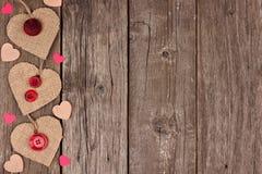 Zijgrens van de juteharten van de Valentijnskaartendag over rustiek hout Royalty-vrije Stock Foto