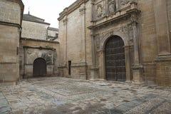 Zijingang aan Kerk van Santa Maria DE los Reales Alcazares en de sacristiedeur, Ubeda royalty-vrije stock afbeeldingen