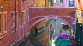 Zijkanaal en brug in Venetië