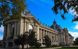 Zijmening van het gebouw Kleine palalce-Petit Palais in Parijs stock afbeelding