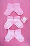 Zijn streeft een de Douche of het Kinderdagverblijfconcept van de Meisjesbaby met sokken op roze na stock fotografie