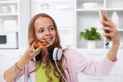 Zijnd aanwezig in de online koninkrijken - jong tienermeisje die een selfie nemen royalty-vrije stock fotografie