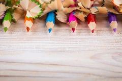 Zijnd creatief met potloden en potloodspaanders op hout Stock Fotografie