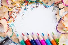 Zijnd creatief met potloden en spaanders op wit Stock Afbeeldingen