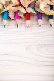 Zijnd creatief met potloden en van potloodspaanders portretmening Stock Foto