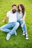 Zijnd in liefde met hem Mooie vrouw die de buitensporige steunen van de valentijnskaartenpartij op stok houden Gebaarde mens die  royalty-vrije stock foto's