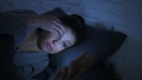 zijpanning schot van jonge aantrekkelijke Spaanse vrouw op haar jaren '30 die in bed liggen laat - de nacht die mobiele telefoon