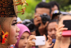 Zijportret van traditionele Minang-danser die menigte bekijken stock afbeelding