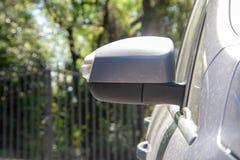 Zijspiegel op een vuile auto stock afbeeldingen