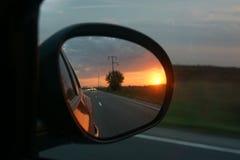 Zijspiegel van een bewegende auto Royalty-vrije Stock Foto's