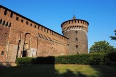 Zijtoren buiten Sforza-Kasteel stock afbeelding