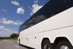 Zijwaartse mening van bus op highwa stock foto
