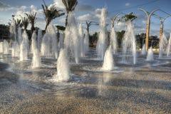 Zikhron Ya'akov,以色列, 2014年9月23日:使用在喷泉的孩子在操场 免版税库存图片