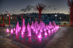 Zikhron Ya'akov,以色列, 2014年9月23日:使用在色的喷泉的孩子在操场 免版税库存图片