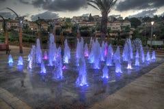 Zikhron Ya'akov,以色列, 2014年9月23日:使用在色的喷泉的孩子在操场 库存图片