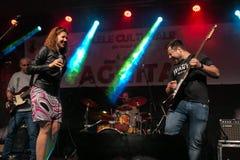 Zilele culturale Agnita, Agnita, Sibiu, Rumänien - Augusti 05, 2018: Konsert i mitten av staden Agnita med musikbandHARMONIN arkivfoto