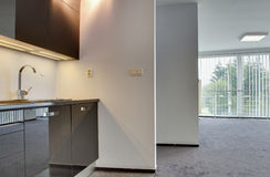 ZILINA,斯洛伐克共和国- 2015年10月01日:现代厨房在分开客厅 免版税库存照片