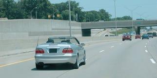 Zilver convertibel op de weg Stock Foto
