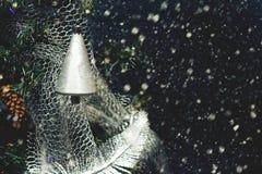 Zilver gekleurde klok op Kerstboom 's nachts op achtergrond van het sneeuwen Retro stijl royalty-vrije stock afbeelding