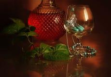 Zilver met turkooise decoratie in een glas op een donkere achtergrond Stock Afbeeldingen