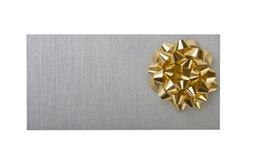Zilverachtige envelop met decoratie gouden boog Stock Afbeelding