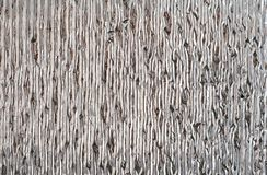 Zilverachtige glanzende muurdeklaag, het materiaal van de hitteisolatie Verticale lijnen stock afbeeldingen