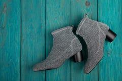 Zilverachtige schoenen op blauwe houten achtergrond stock fotografie
