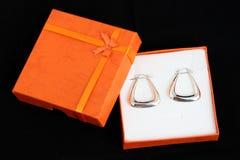 Zilveren aanwezige oorringen royalty-vrije stock afbeeldingen