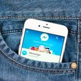 Zilveren Apple-iphone 6 die Facebook-boodschapperstoepassing tonen Stock Foto