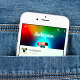 Zilveren Apple-iphone 6 die Instagram-toepassing tonen Royalty-vrije Stock Afbeeldingen