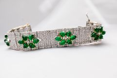 Zilveren armband met groene robijnen Stock Afbeelding