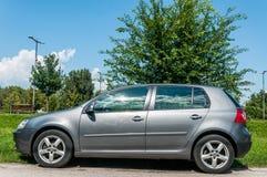 Zilveren auto Volkswagen VW Golf 5 2 0 TDI Diesel op de straat wordt geparkeerd die royalty-vrije stock foto