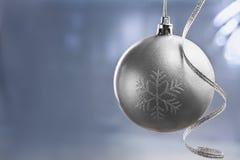 Zilveren bal Chrismast over blauwe achtergrond royalty-vrije stock afbeeldingen