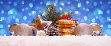 Zilveren ballen en Kerstmiskoekjes op sneeuw Royalty-vrije Stock Foto