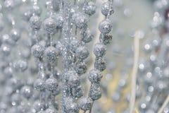 Zilveren ballen en stokken met paillette Zilveren achtergrond van tussenvoegsel royalty-vrije stock foto