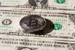 Zilveren bitcoinmuntstuk die op de dollars van Verenigde Staten, cryptocurrencyconcept liggen Royalty-vrije Stock Foto
