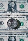 Zilveren bitcoinmuntstuk die op de dollars van Verenigde Staten, cryptocurrencyconcept liggen Stock Fotografie