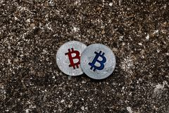 Zilveren bitcoins donkere scène Stock Afbeelding