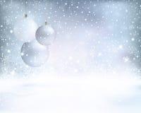 Zilveren blauwe Kerstmisachtergrond met snuisterijen en sneeuwval Royalty-vrije Stock Afbeeldingen