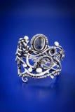 Zilveren blauwe omslag ring-2 van de saffierdraad Stock Foto