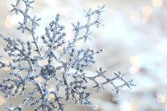 Zilveren blauwe sneeuwvlok Stock Foto's