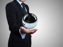 Zilveren bol op handen. Stock Afbeelding