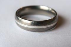 Zilveren bruiloftring met krassen Stock Fotografie