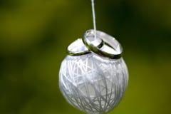 Zilveren bruiloftringen op geweven van dradenbal Stock Fotografie