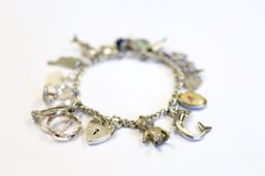 Zilveren charmearmband (selectieve nadruk) royalty-vrije stock fotografie