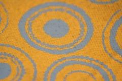 Zilveren cirkelspatroon op gele textiel Stock Afbeelding