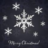 Zilveren 3D sneeuwvlokken op de donkere de winter en Nieuwjaarachtergrond met sneeuwvloksilhouetten Stock Afbeeldingen