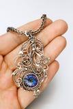 Zilveren de veertegenhanger van de mysticustopaas Stock Foto